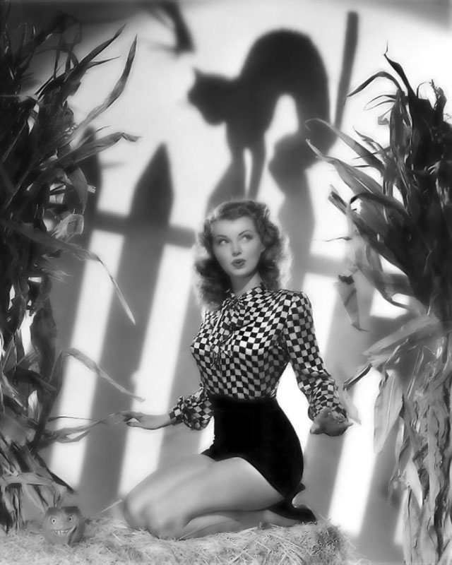 Vintage Halloween Hollywood Actress Pin-Up - Lillian Wells
