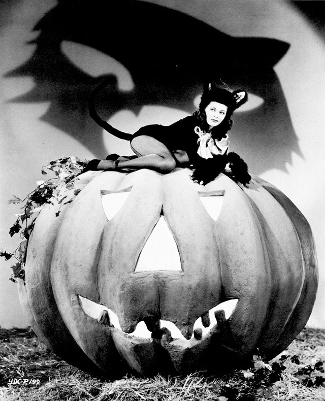 Vintage Halloween Hollywood Actress Pin-Up - Yvonne De Carlo