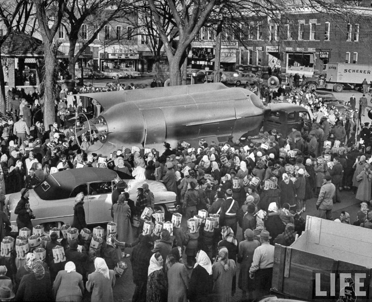 Rocket Ship Prize Washington Square crowd