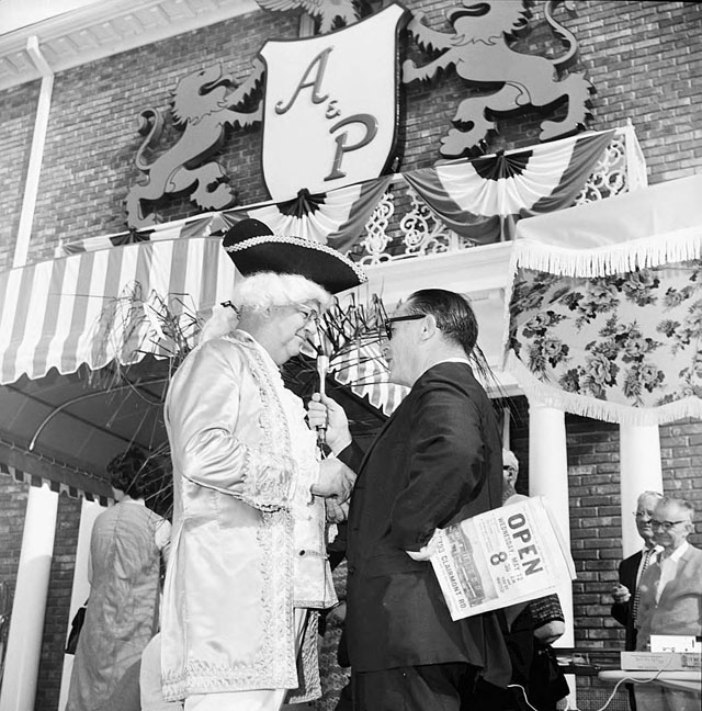 A&P supermarket opening at Williamsburg Village, Atlanta, 1965